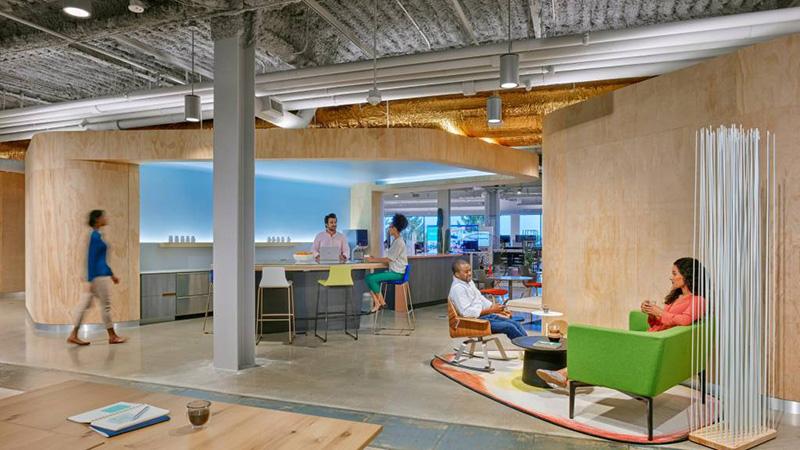 Kavarna IT je namerno zasnovana tako, da spodbuja neformalno sodelovanje in daje ljudem prostor za počitek ali prigrizek.
